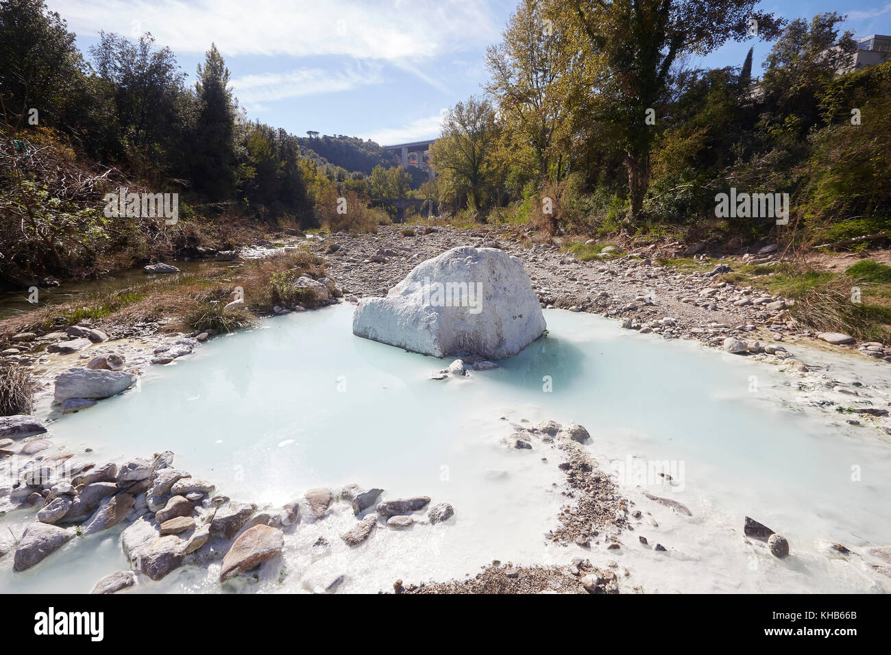 https://c8.alamy.com/comp/KHB66B/bagni-di-petriolo-geo-thermal-hot-springs-on-the-river-farma-district-KHB66B.jpg