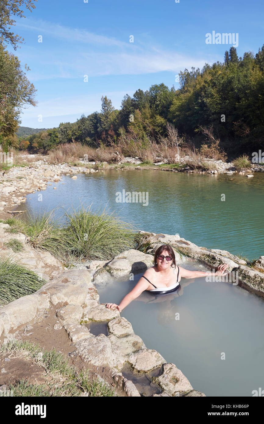 https://c8.alamy.com/comp/KHB66P/bagni-di-petriolo-the-hot-springs-on-the-river-farma-district-of-monticiano-KHB66P.jpg