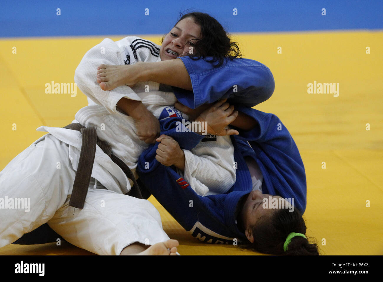 Santa Marta, Colombia. 15th Nov, 2017. Venezuelan Marlyn Castillo (L) fights with Chilean Mary Vargas (R) in the - Stock Image