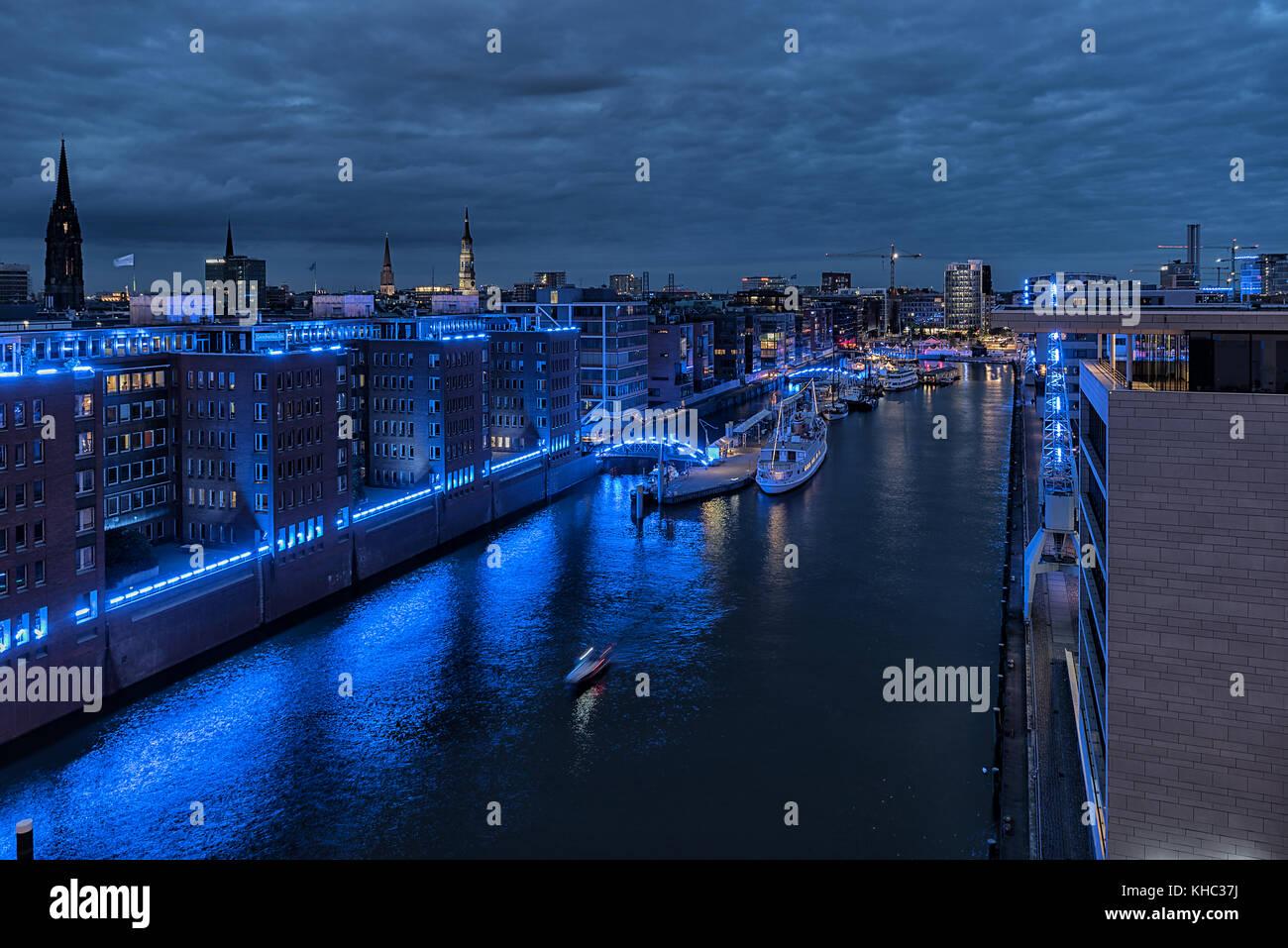 Der Blick in den Traditionshafen von der Plaza der Elbphilharmonie bei dem Blue Port 2017 in der blauen Stunde - Stock Image