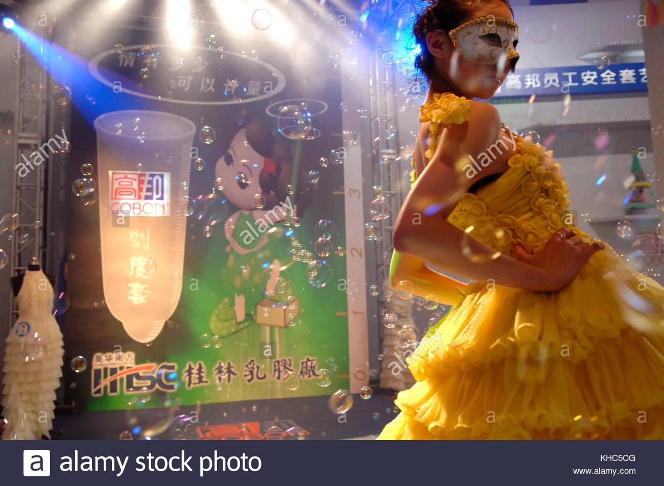 Mannequin portant une robe realisee en preservatifs dans un defile organise pour le Salon du Planning familial de - Stock Image
