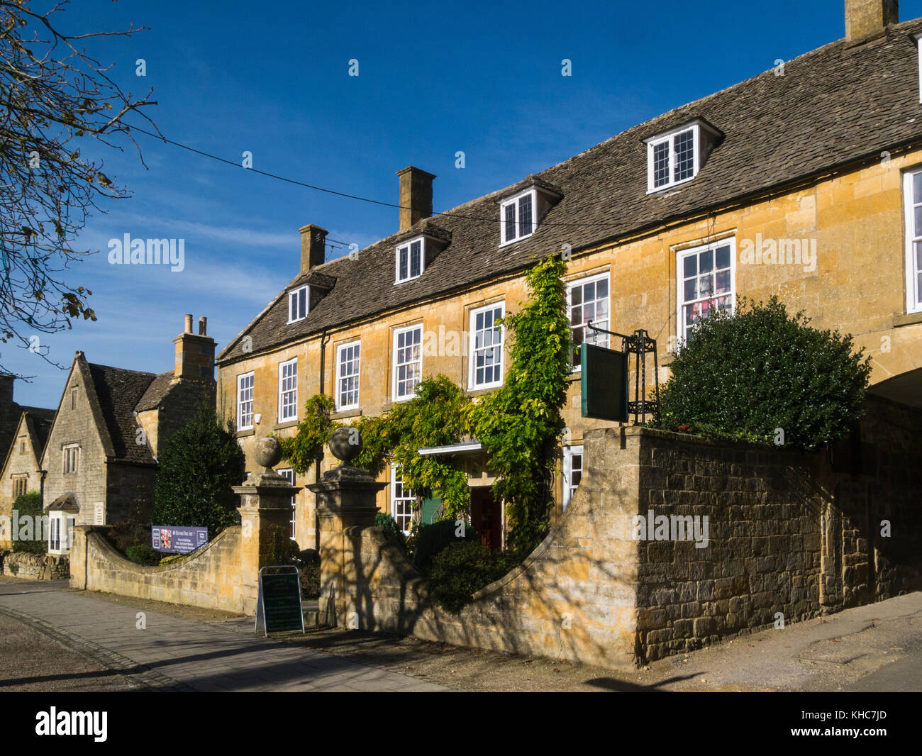 Haynes Fine Art sellers in Picton House High Street in the picturesque village of Broadway Worcestershire England - Stock Image