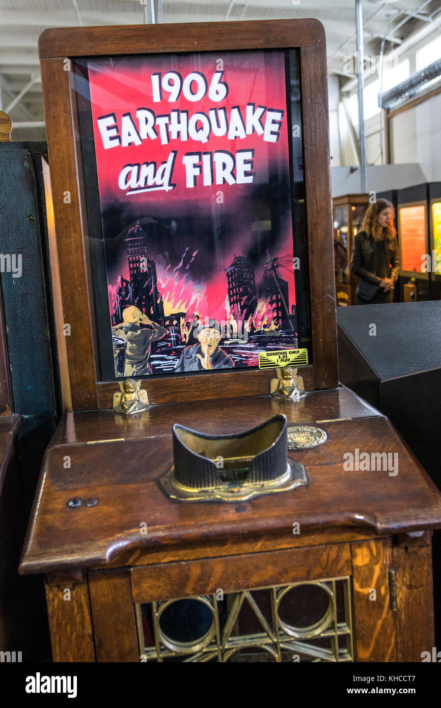 SAN FRANCISCO EARTHQUAKE 1906 Vintage original wooden amusement arcade movie machine featuring the 1906 San Francisco - Stock Image