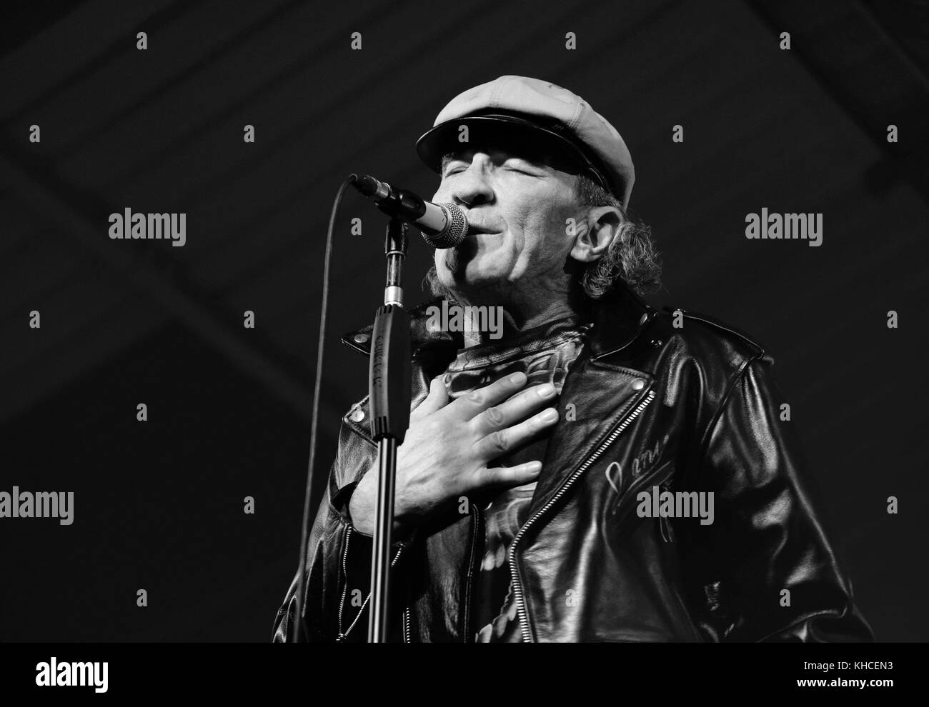 Black and white image of Fee Waybill lead singer with The Tubes performing at the Engine Rooms Southampton, Uk - Stock Image
