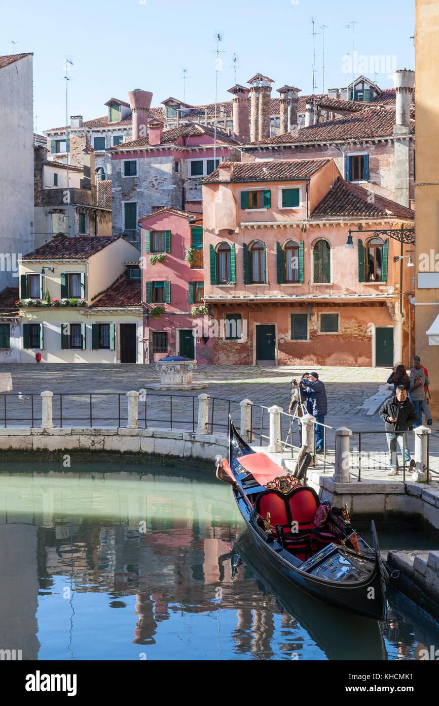 Campo della Maddelena, Cannaregio, Venice, Veneto, Italy with a gondola in the foreground and colourful medieval - Stock Image