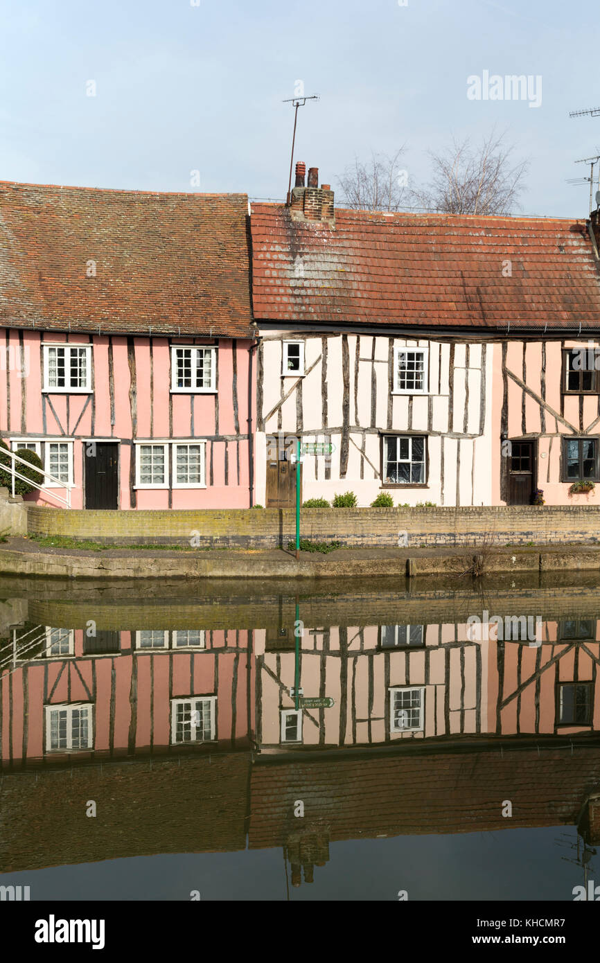 UK, Colchester, half-timbered cottages by the river Colne. - Stock Image