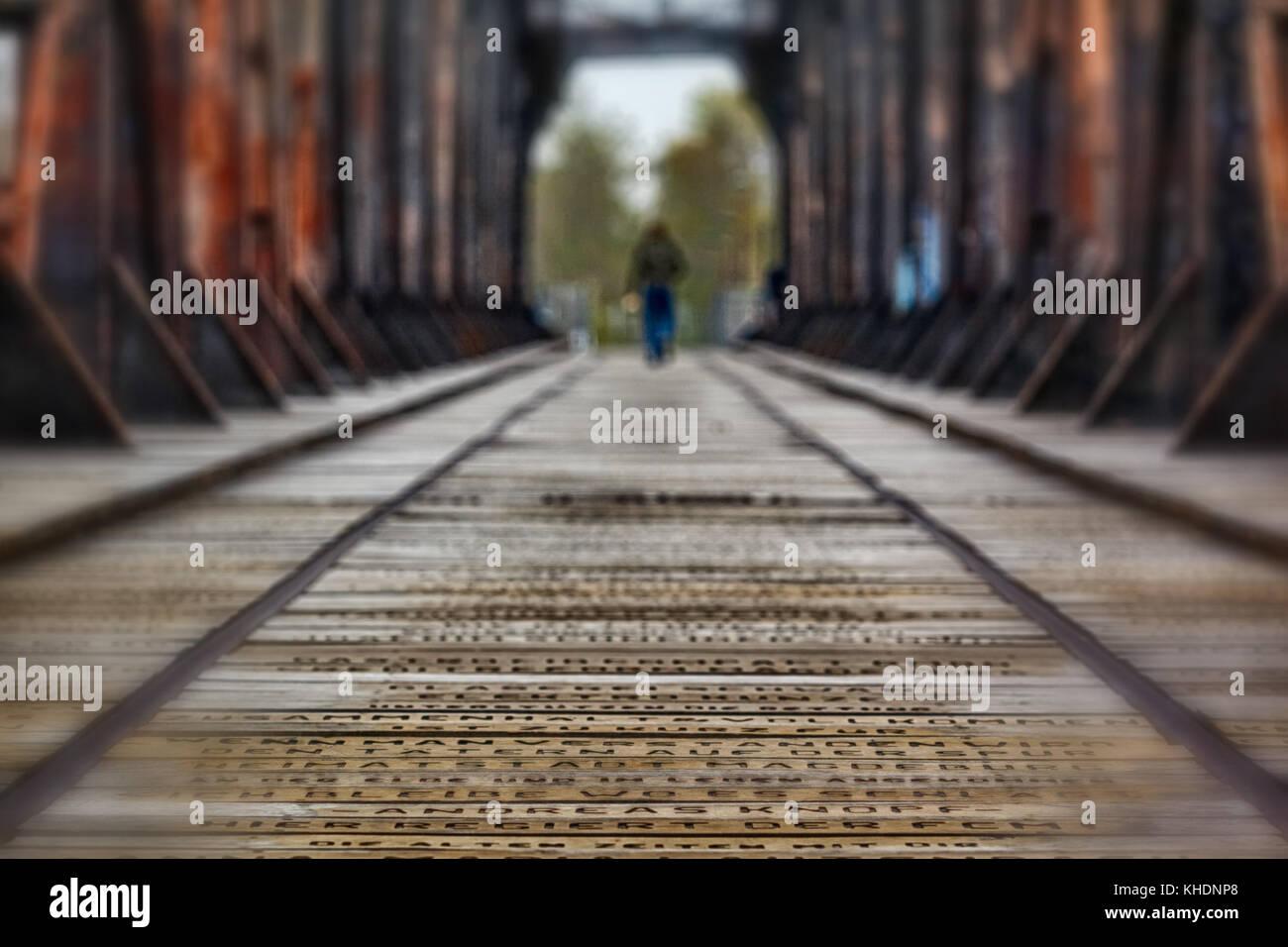 Hubbrücke Magdeburg entfliehender Mensch - Stock Image