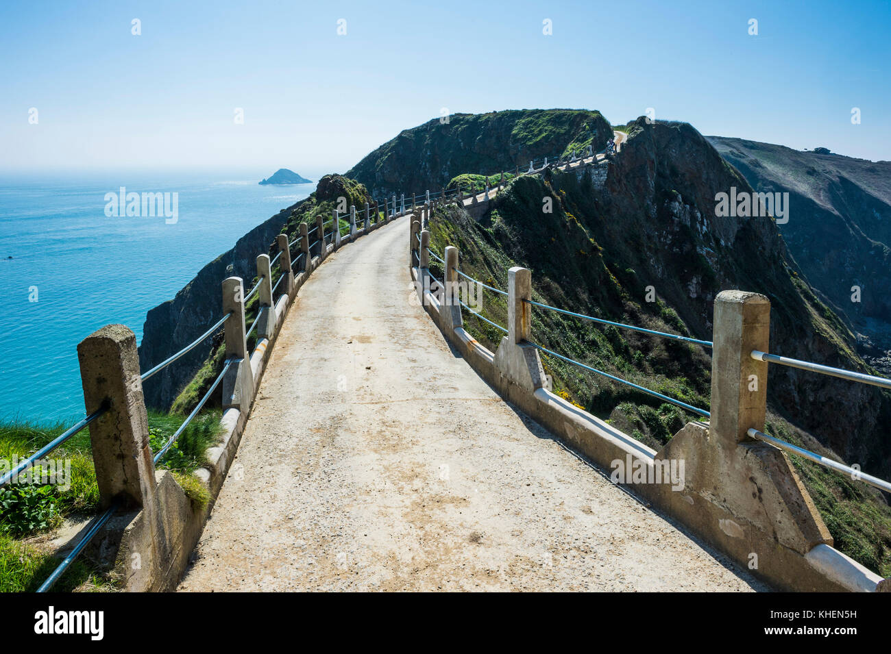 Road connecting the narrow isthmus of Greater and Little Sark, Channel islands, Great Britain - Stock Image