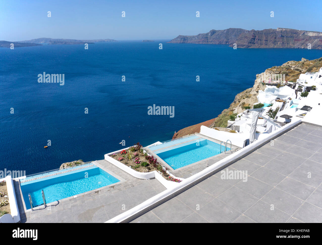 Luxury Hotel with pool at the crater edge of Oia, Santorin island, Cyclades, Aegean, Greece - Stock Image