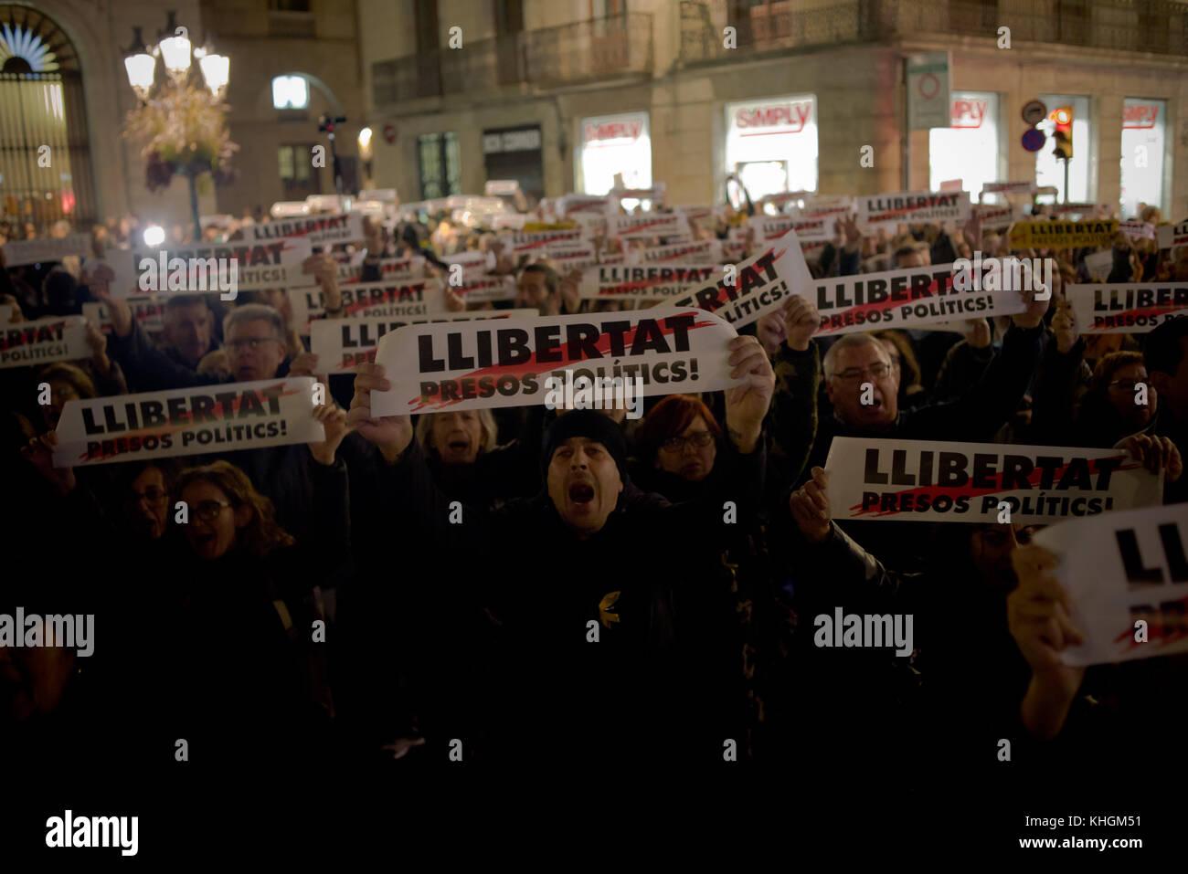 Barcelona, Catalonia, Spain 16 November, 2017 - In Barcelona demonstrators shout slogans and show banners demanding Stock Photo