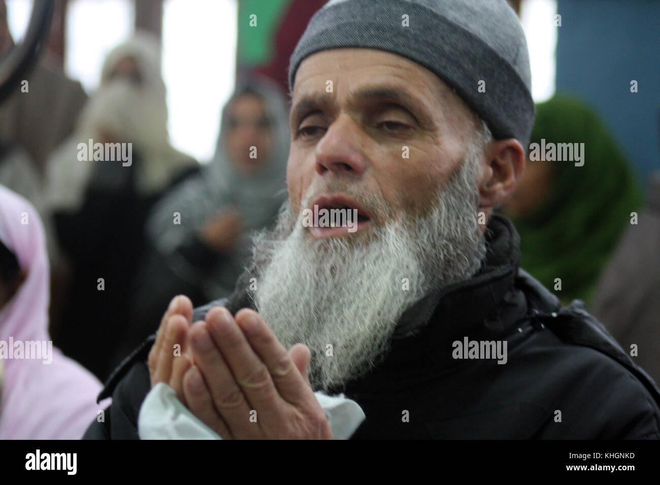 Srinagar, Kashmir. 17th Nov, 2017. A Kashmiri Muslims pray at the shrine, during The 454th urs of Hazrat Sultanul Stock Photo