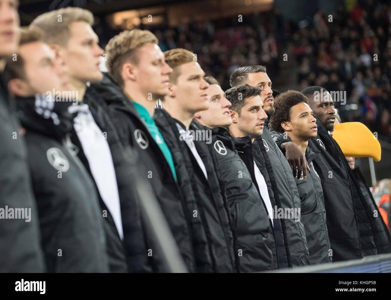 die Ersatzspieler Arm in Arm waerend der Nationalhymne, left to right Matthias GINTER (GER), goalwart Bernd LENO - Stock Image