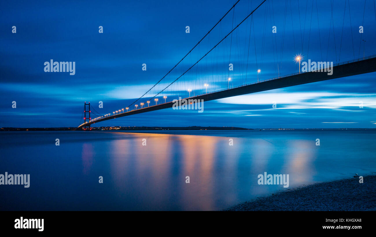 Hull, UK. 18th Nov, 2017. Sunset afterglow over the Humber Bridge and estuary, Credit: John Potter/Alamy Live News - Stock Image