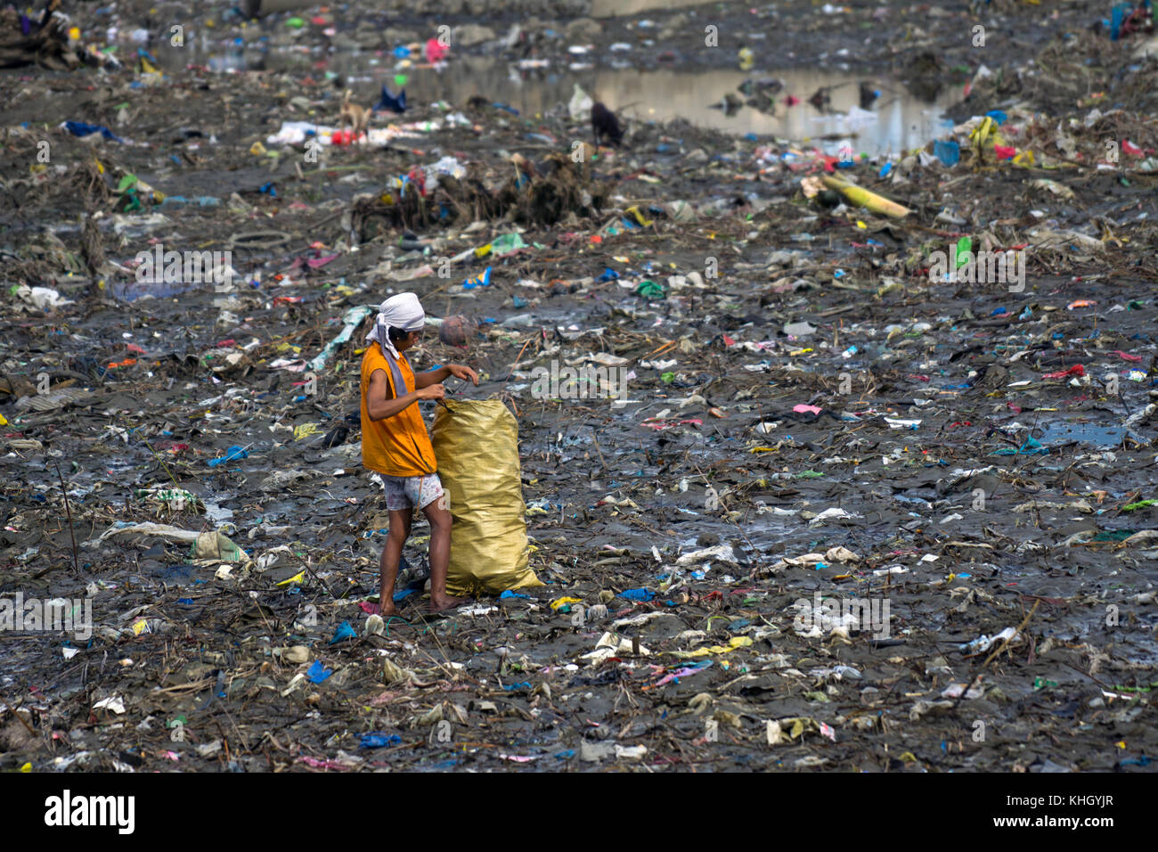 Cebu City, Philippines. 19th Nov, 2017. A man collects anything that that may be of value for recycling from an - Stock Image