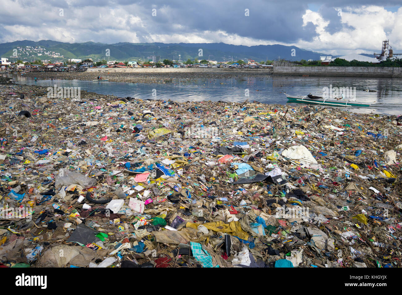 Cebu City, Philippines. 19th Nov, 2017. A huge pile of garbage formed at the exit of a channel leading directly - Stock Image
