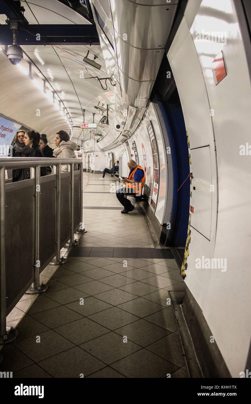 London, England, UK. 11th November 2017. People and staff waiting for the next tube to arrive. ©Sian Reekie - Stock Image