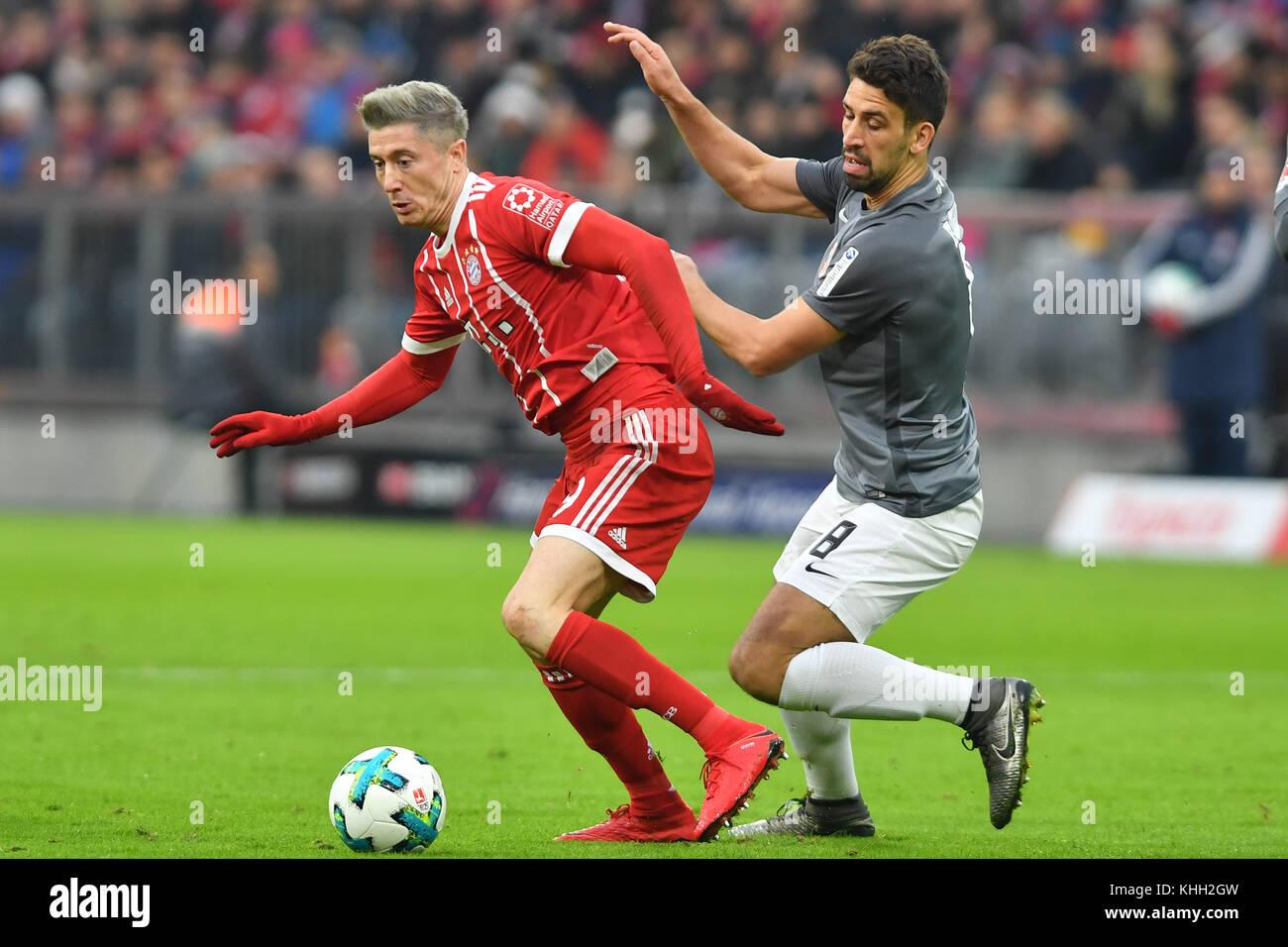 Robert LEWANDOWSKI (FC Bayern Munich), Aktion, duels versus Rani KHEDIRA (FC Augsburg), Fussball 1. Bundesliga, - Stock Image