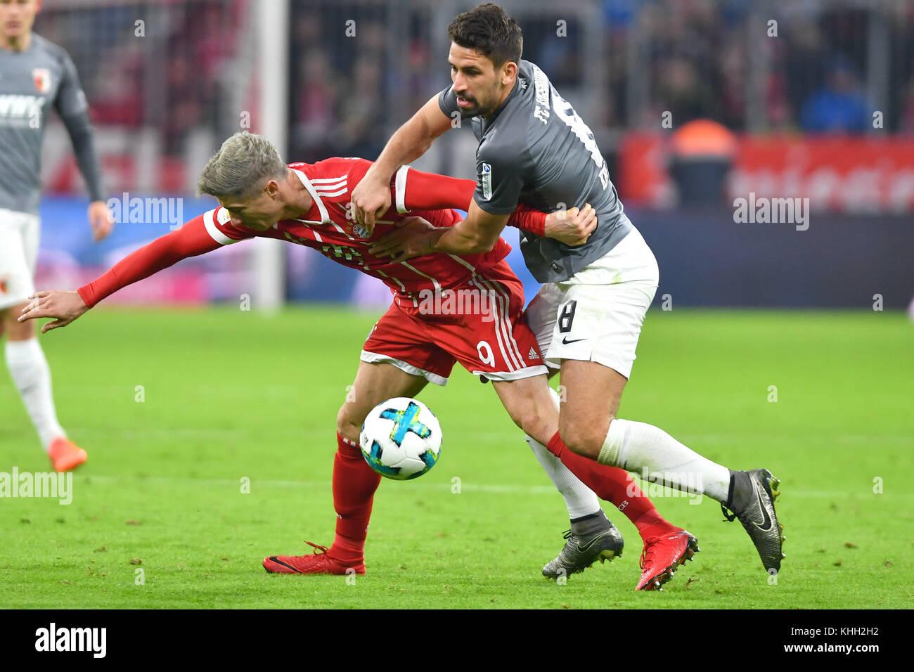 Robert LEWANDOWSKI (FC Bayern Munich) kommt beim Zweikamof with Rani KHEDIRA (FC Augsburg) zu Fall, Aktion. Fussball - Stock Image