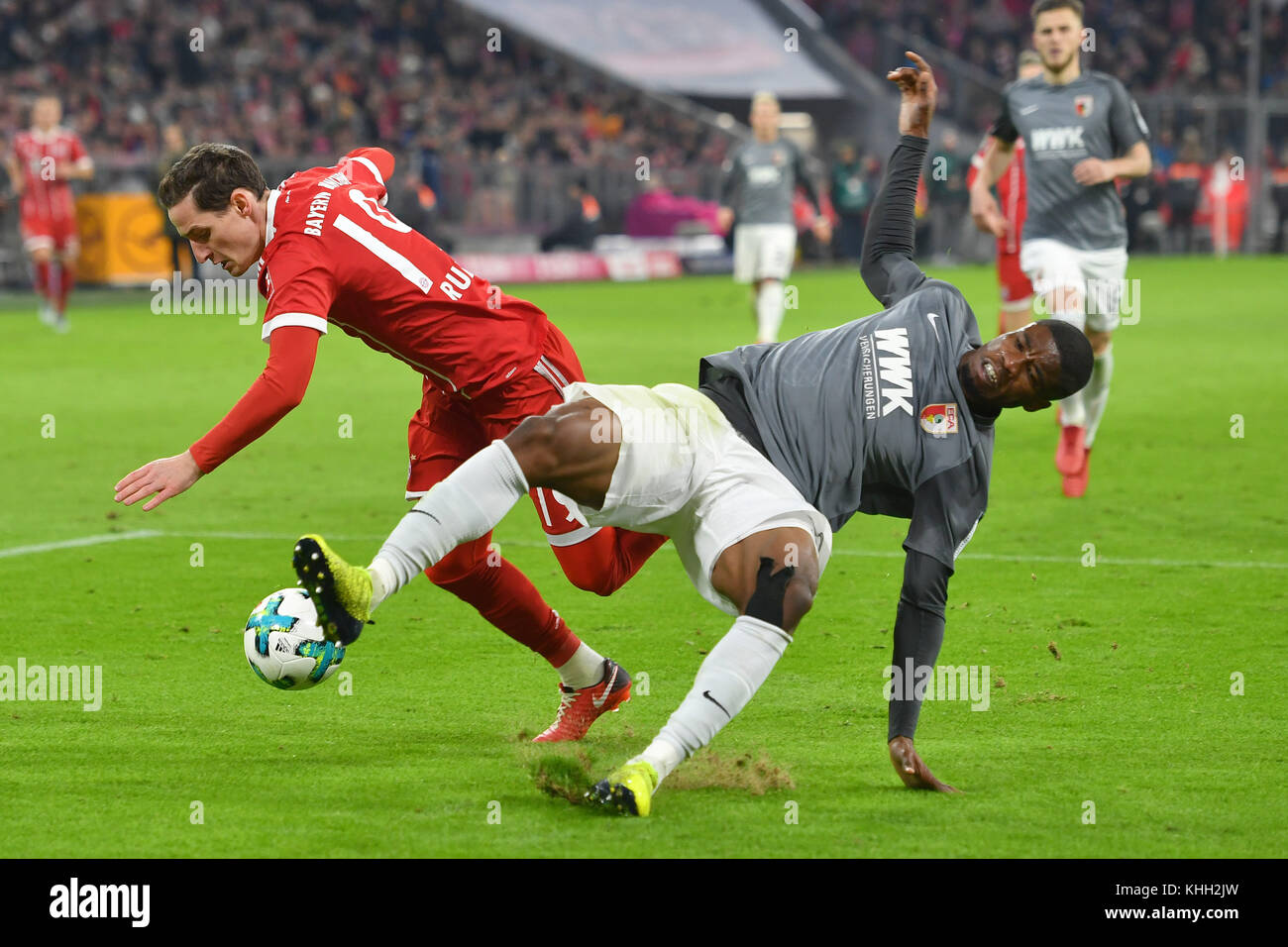 Sebastian RUDY (FC Bayern Munich), Aktion, duels versus Daniel OPARE (FC Augsburg). Fussball 1. Bundesliga, 12.Spieltag, - Stock Image