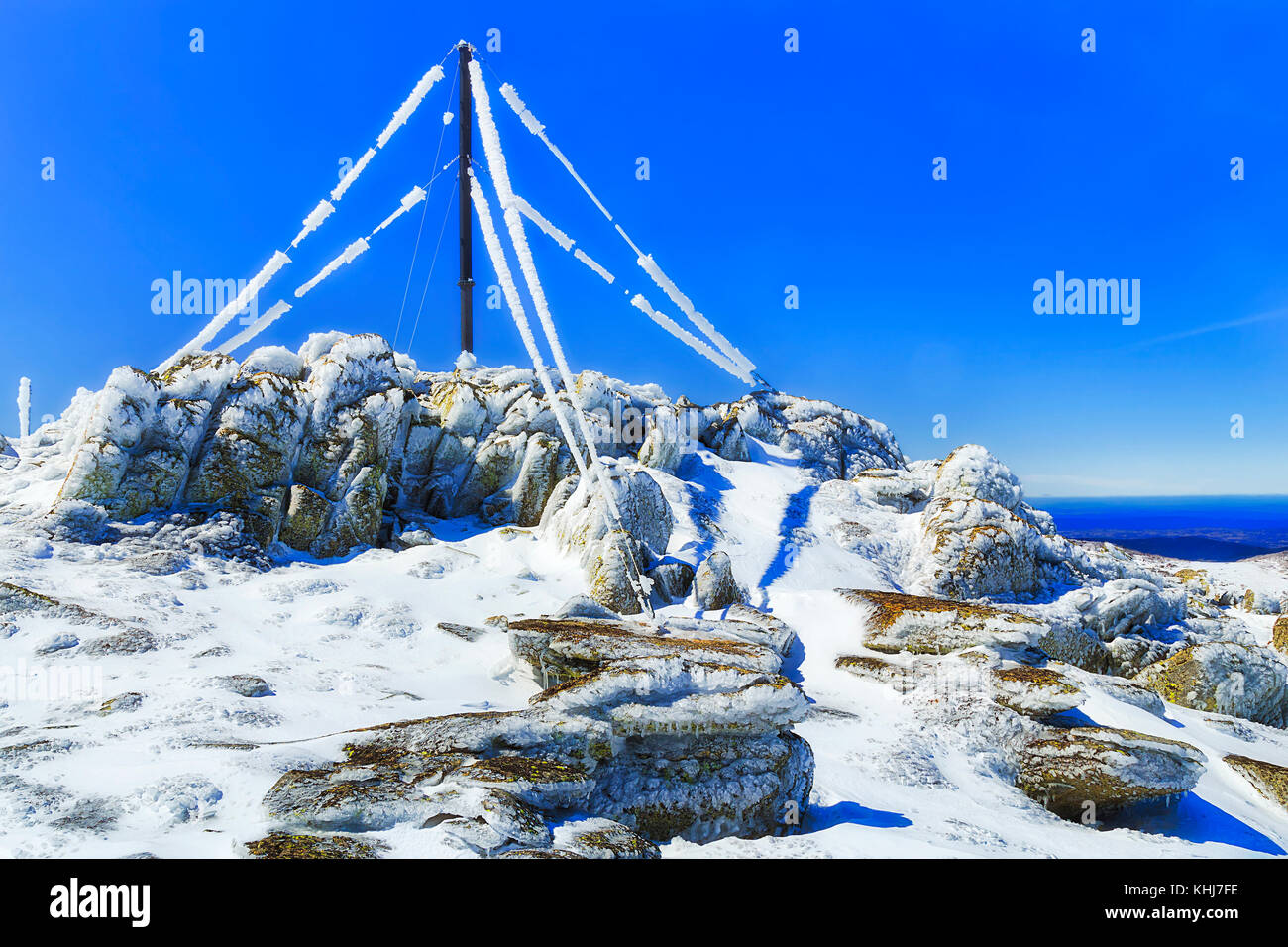 Back Perisher mount top in Snowy mountains national park in Winter with peak top mast, cables and antennae covered - Stock Image