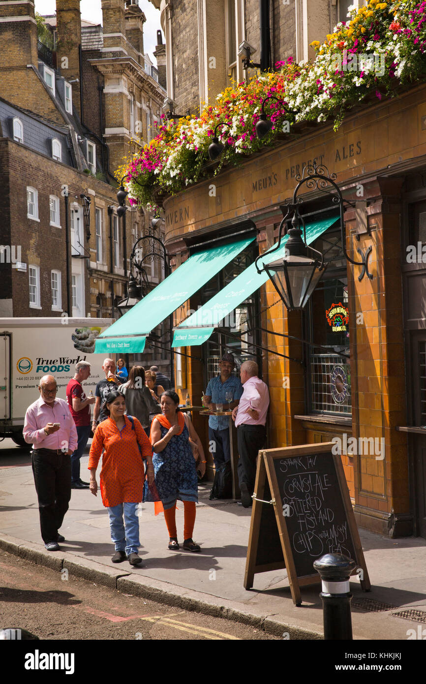 UK, London, Southwark, Stoney Street, floral hanging baskets outside Southwark Tavern - Stock Image