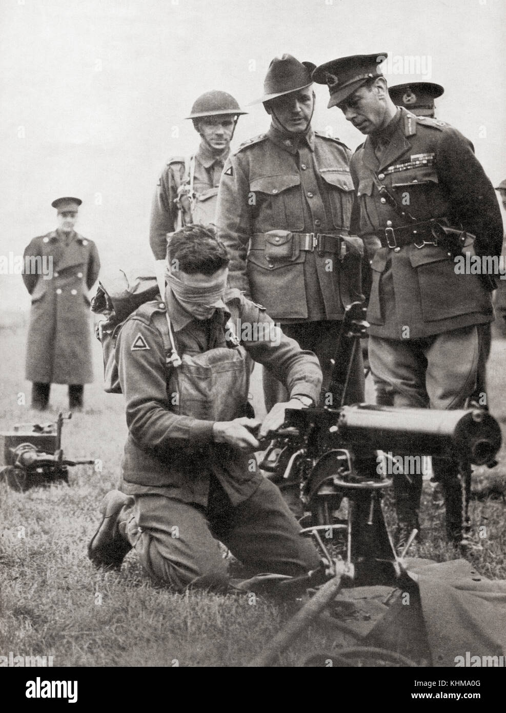 King George VI watching a blindfolded Australian soldier assemble a machine gun, 1940.  George VI, 1895 – 1952. - Stock Image