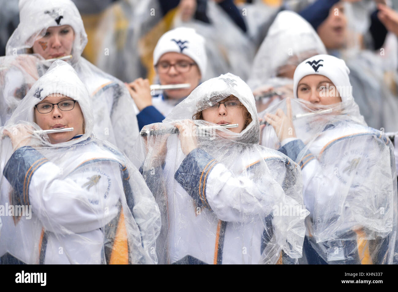 Morgantown, West Virginia, USA. 18th Nov, 2017. West Virginia band members play while wearing ponchos during the - Stock Image