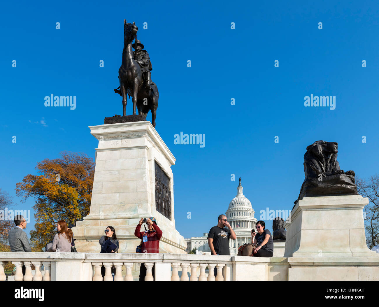 Tourists in front of the Ulysses S Grant Memorial with the US Capitol behind, Washington DC, USA - Stock Image