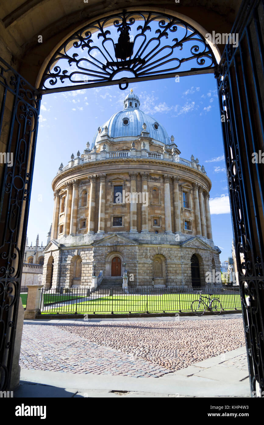UK, Oxford, view through one of the Bodleian Library entrances to the Radcliffe Camera library building. - Stock Image