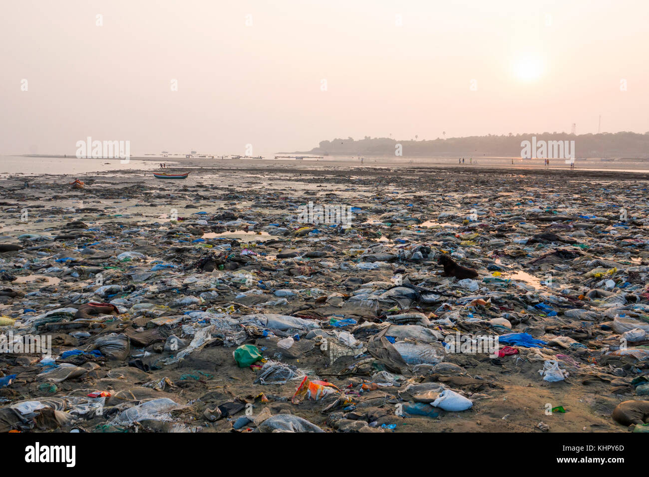 Heavy sewage pollution, plastic garbage and other rubbish at low tide on Versova Beach, Mumbai - Stock Image