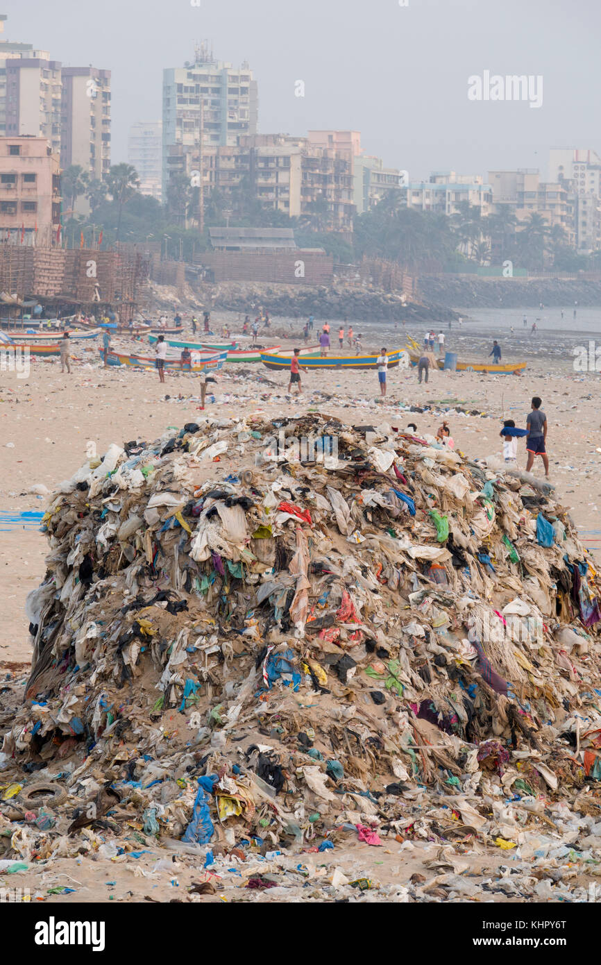 Huge piles of plastic garbage and other rubbish pollute Versova Beach, Mumbai, India - Stock Image