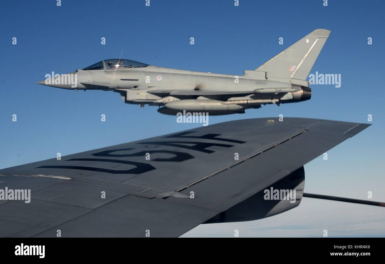 A British Royal Air Force Typhoon FGR4 fighter aircraft flies next to a U.S. Air Force KC-135 Stratotanker aerial - Stock Image