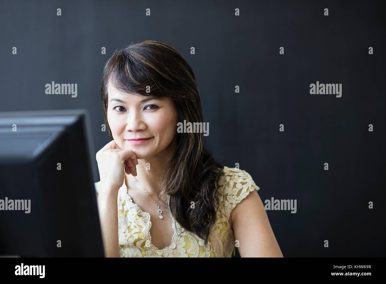 Business woman working at computer - Stock Image
