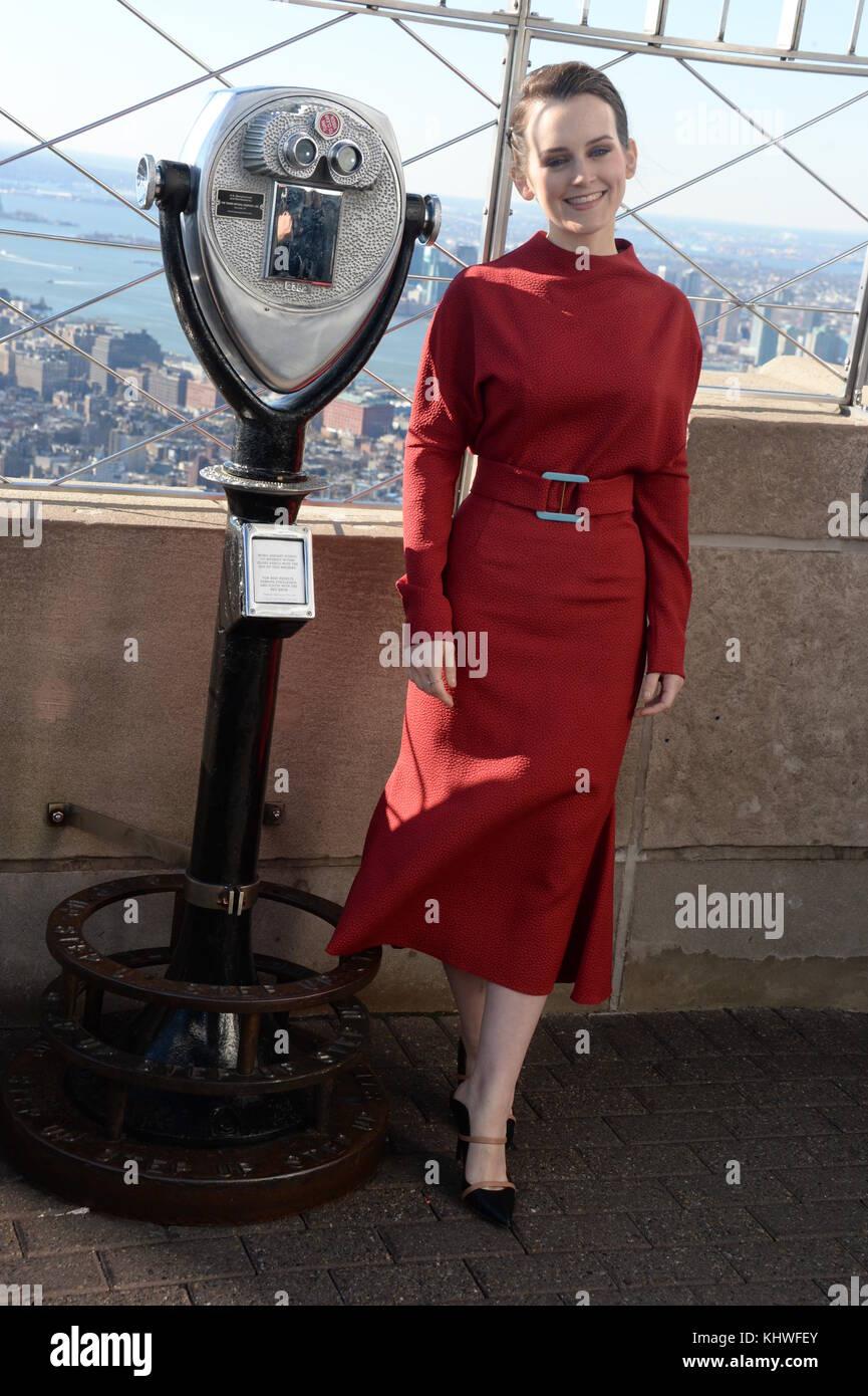 NEW YORK, NY - NOVEMBER 18: Ê Members of the Golden Globe and Emmy Award-winning series ÒDownton AbbeyÓ - Stock Image