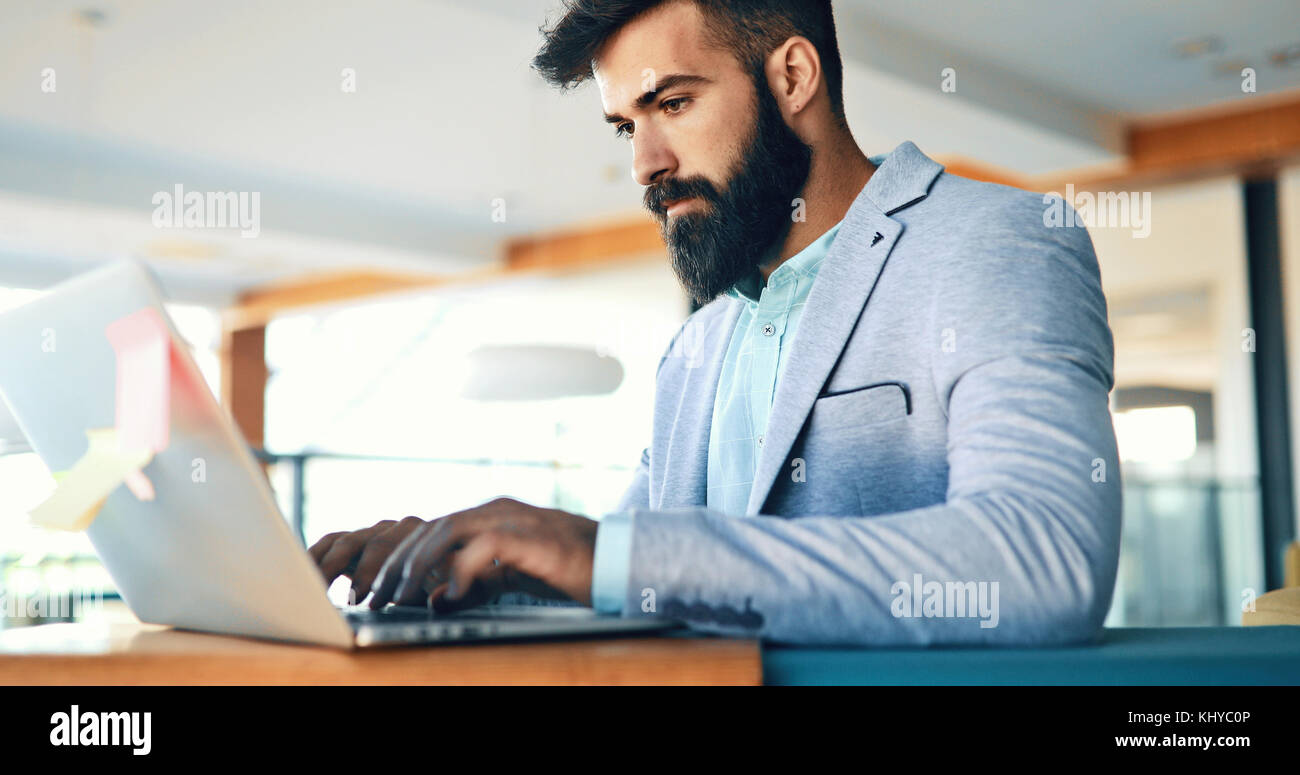 Businessman working on laptop - Stock Image