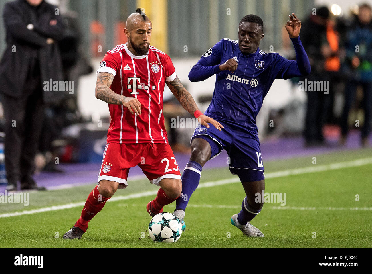 Munich's Arturo Vidal (L) and Anderlecht's Dennis Appiah vie for the ball during the Champions League soccer - Stock Image
