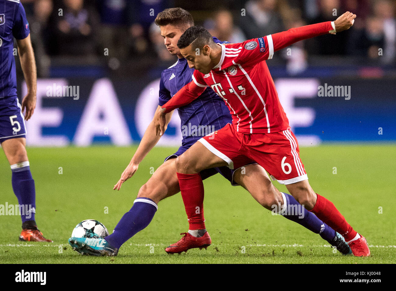Munich's Thiago (R) and Anderlecht's Leander Dendoncker vie for the ball during the Champions League soccer - Stock Image
