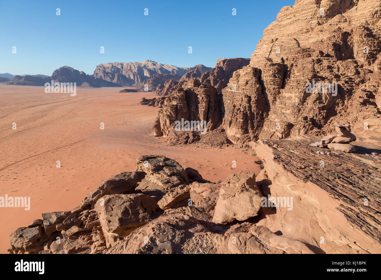 Reddish sand and rock landscapes in the desert of Wadi Rum, southern Jordan - Stock Image