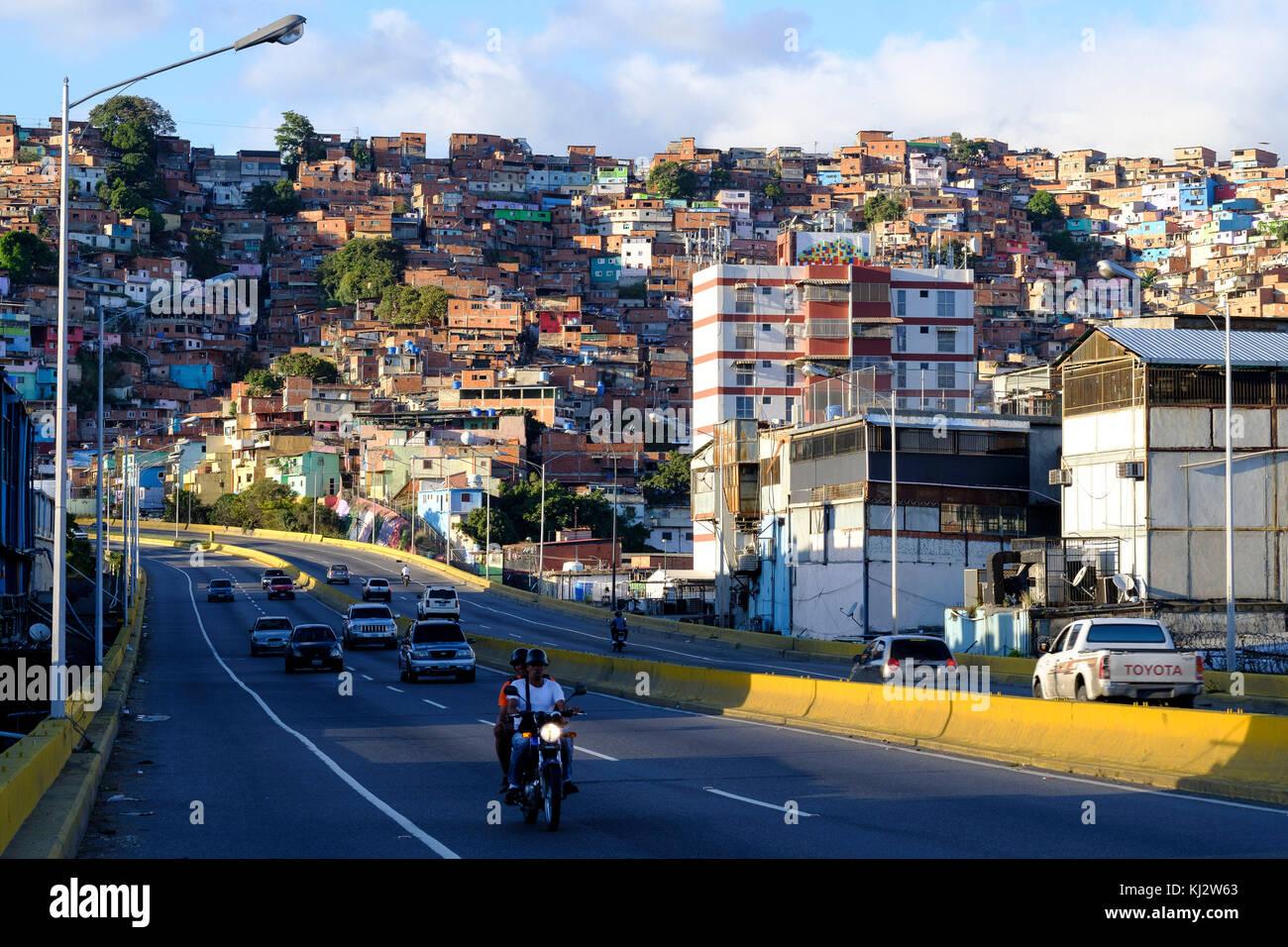 Venezuela, Santiago de Leon de Caracas: Guzm‡n Blanco shanty towns in the upper city and road - Stock Image