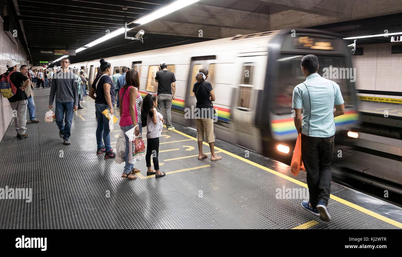 Venezuela, Santiago de Leon de Caracas: Passengers on the platforms of the underground - Stock Image