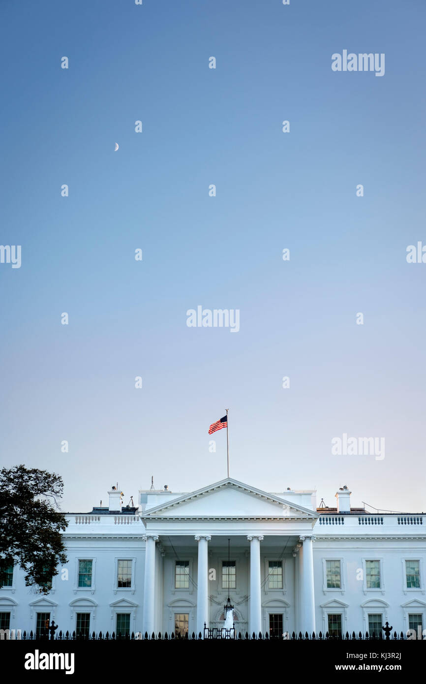 White House vertical wide-angle exterior view at dusk, American flag, Washington, D.C., United States of America, - Stock Image