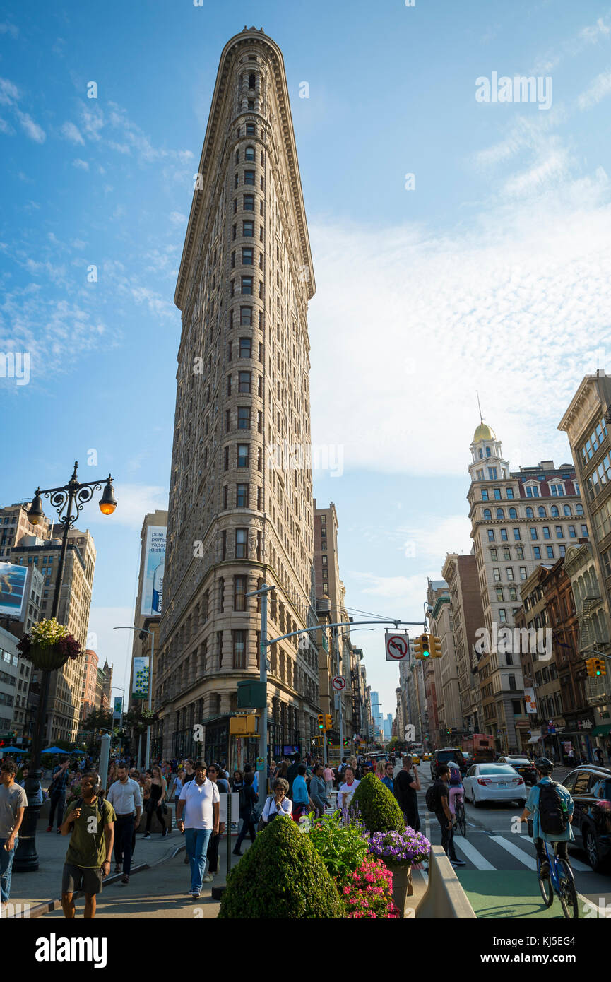 NEW YORK - AUGUST 11, 2017: Traffic and pedestrians pass on Broadway past the Flatiron Building, one of the city's - Stock Image