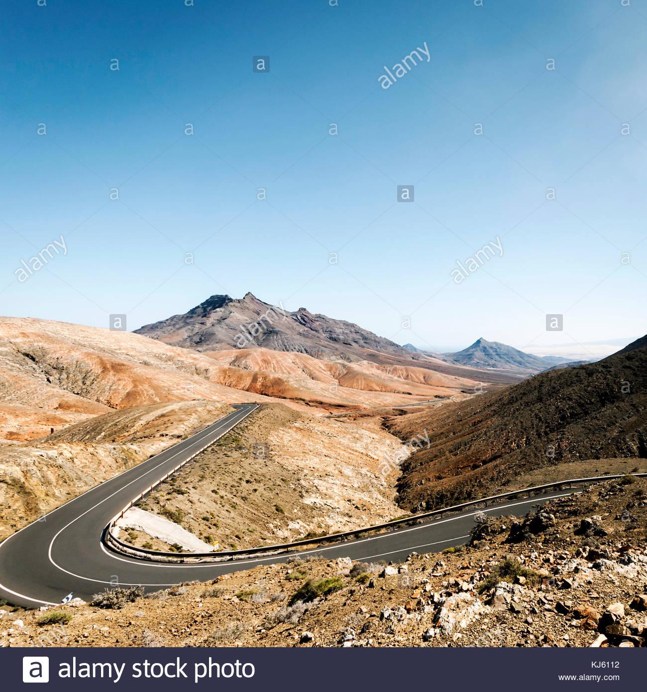 Road through mountain landscape - Stock Image
