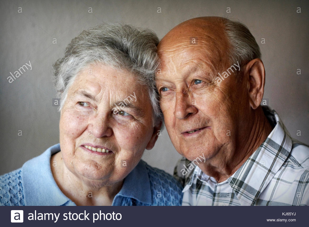 Old couple shares affections - Stock Image