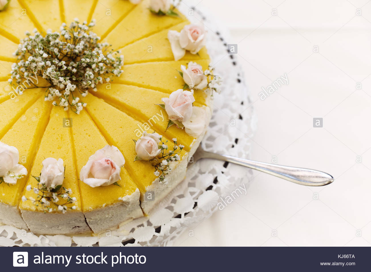 Cake with flower decorations - Stock Image