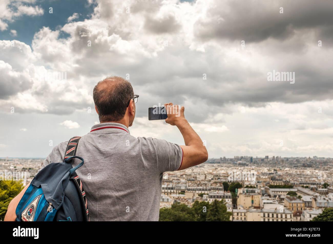Sacré-Cœur, Paris-Tourist taking pictures from Montmartre,the highest point in Paris - Stock Image