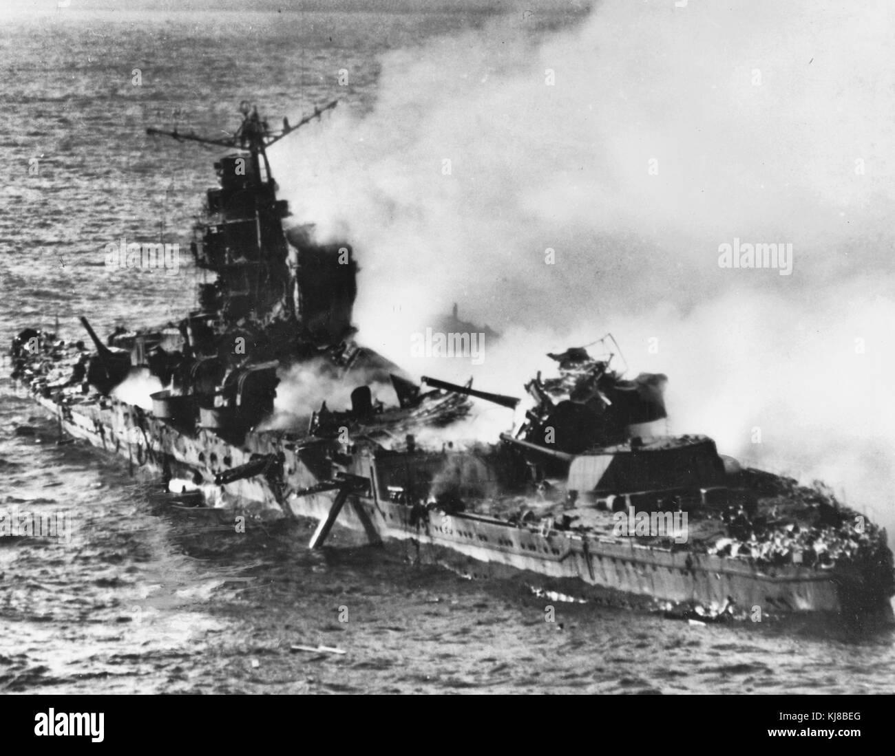 The burning Japanese cruiser Mikuma, 6 June 1942. Japanese heavy cruiser Mikuma, photographed from a USS Enterprise - Stock Image