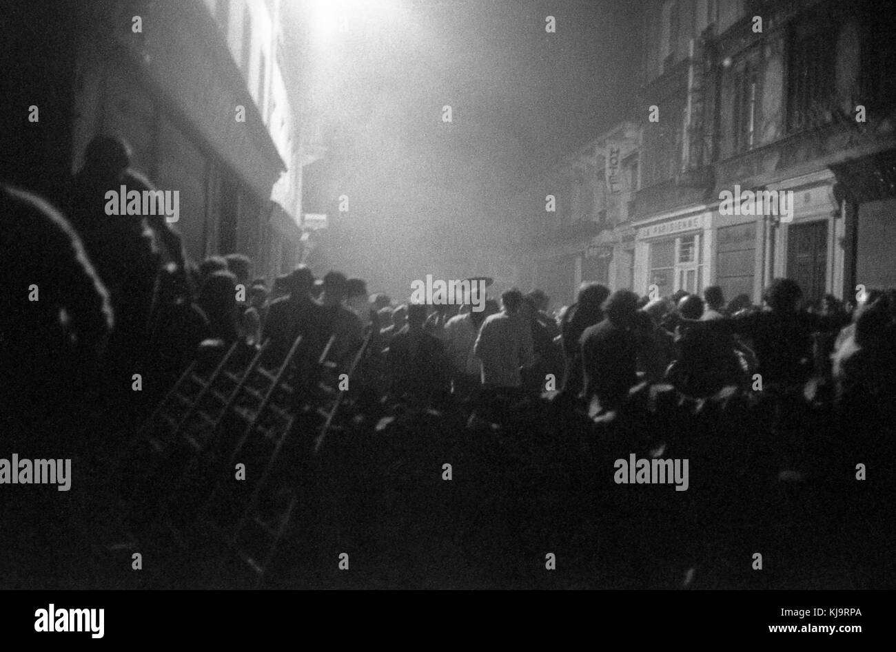 Philippe Gras / Le Pictorium -  May 1968 -  1968  -  France / Ile-de-France (region) / Paris  -  Crowd at night. - Stock Image
