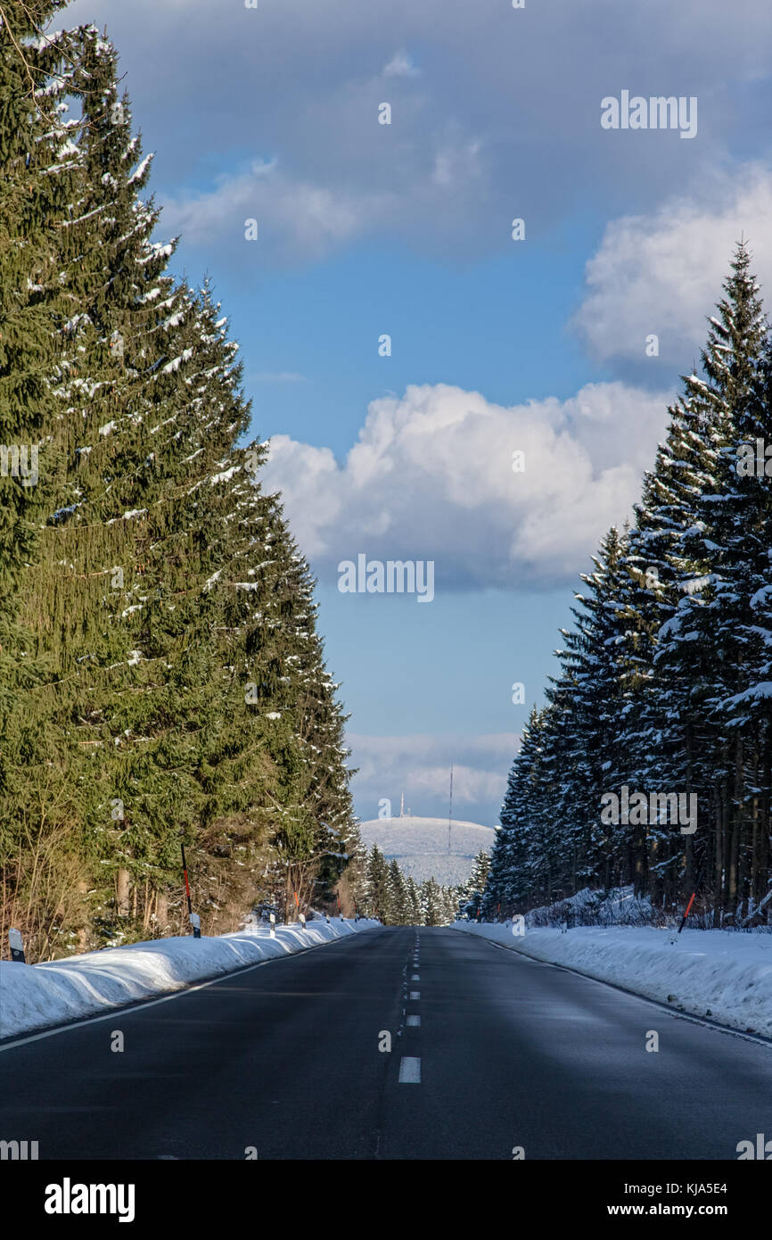 Straße mit Blick zum Brocken - Stock Image