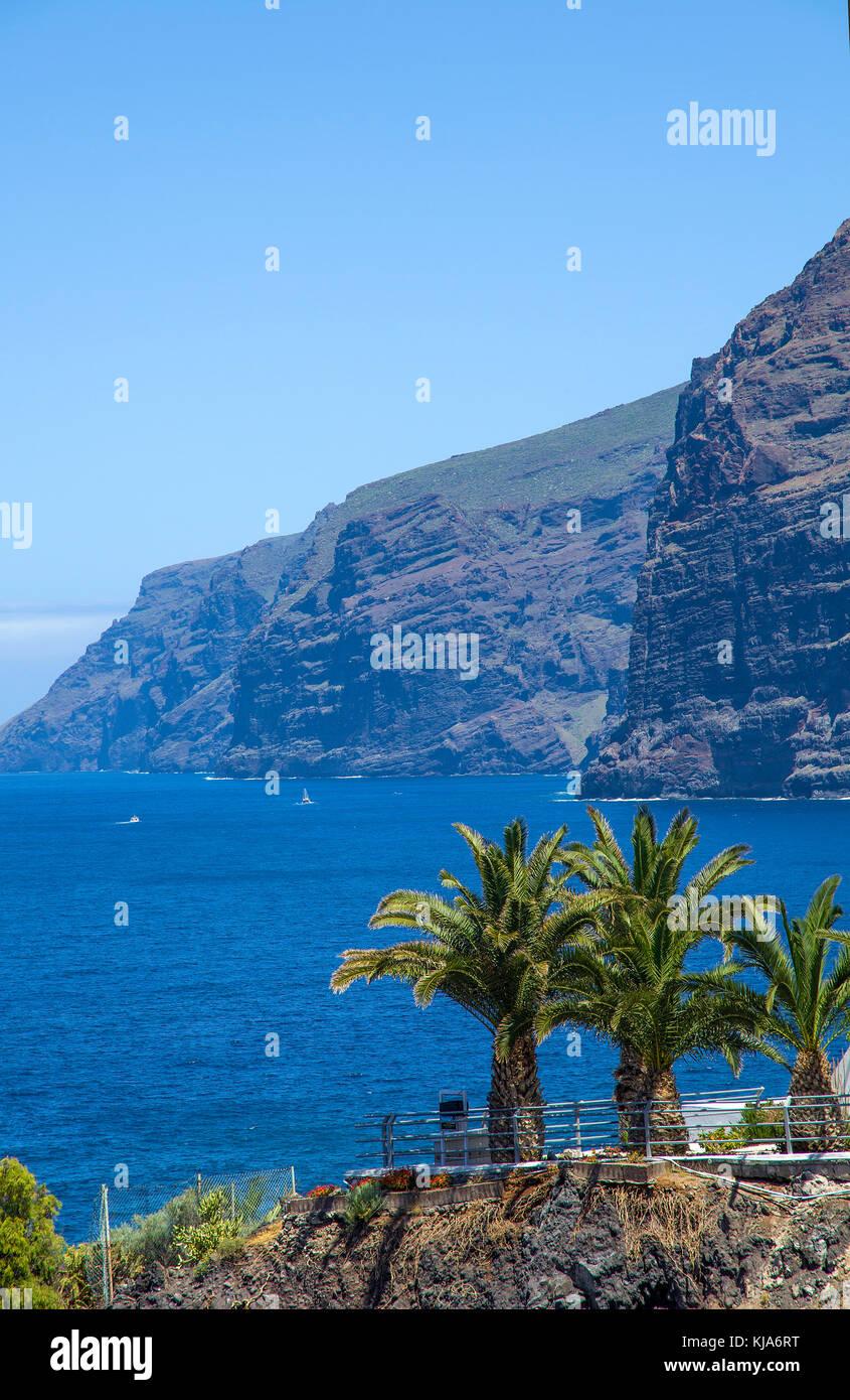 Blick auf die Los Gigantes an der Westkueste, bis 450 Meter steil abfallenden Felsklippen, Teneriffa, Kanarische - Stock Image